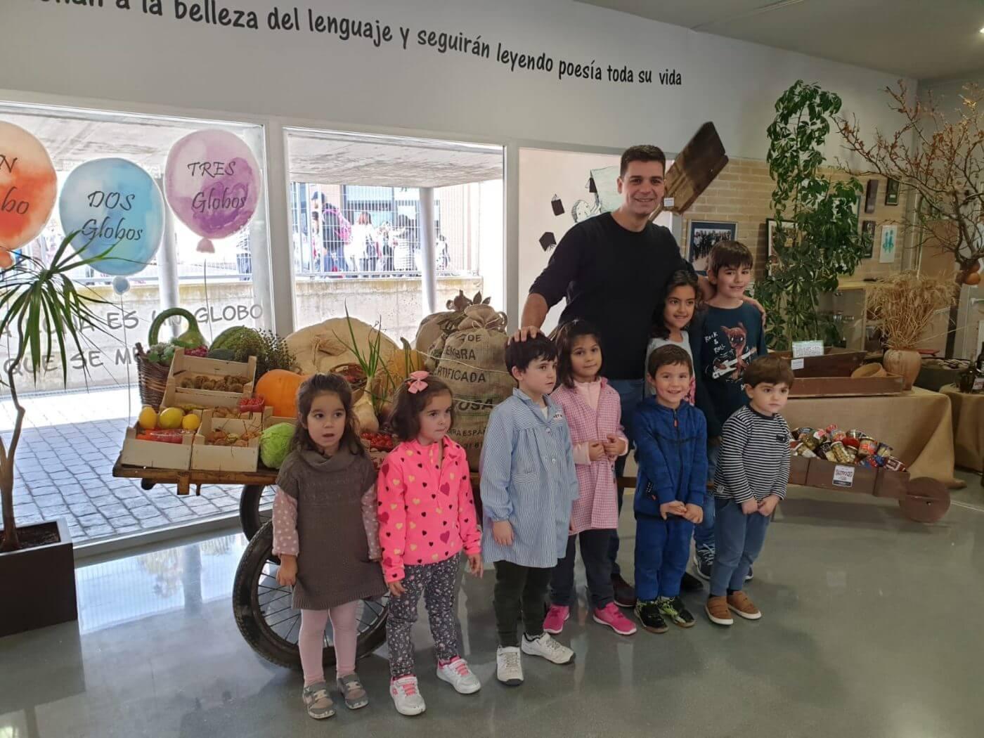 El popular cocinero Sergio Fernández visita el proyecto 'Gastroceo' del colegio de Autol
