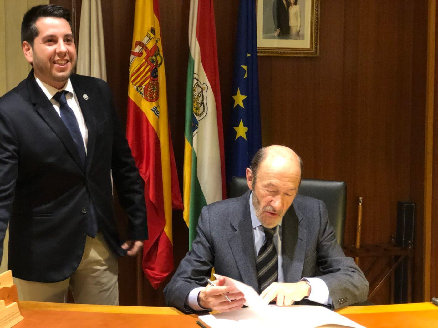 El alcalde entrega una placa de agradecimiento a Rubalcaba por su impulso al IES Celso Díaz cuando era ministro de Educación