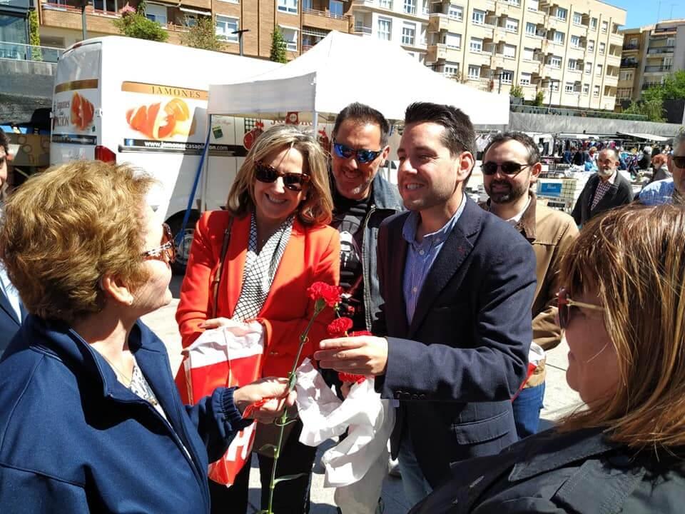 El candidato del PSOE a la Alcaldía de Arnedo protagoniza un recorrido electoral en el mercadillo