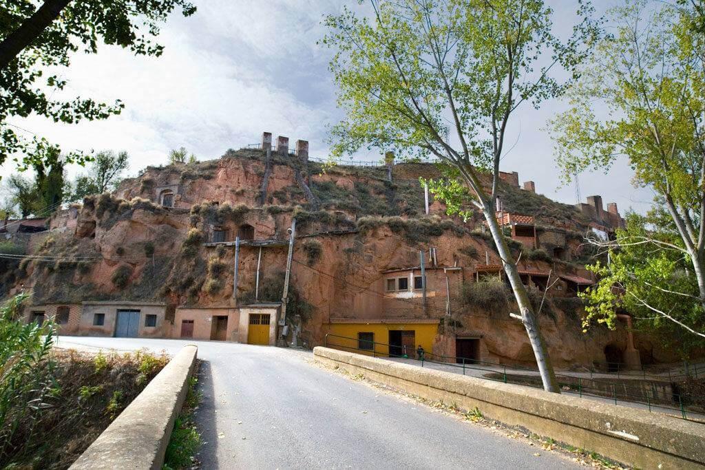 Nuevas obras en el barrio bodegas-cueva de Quel y en las plazas de Abajo y Bretón de los Herreros