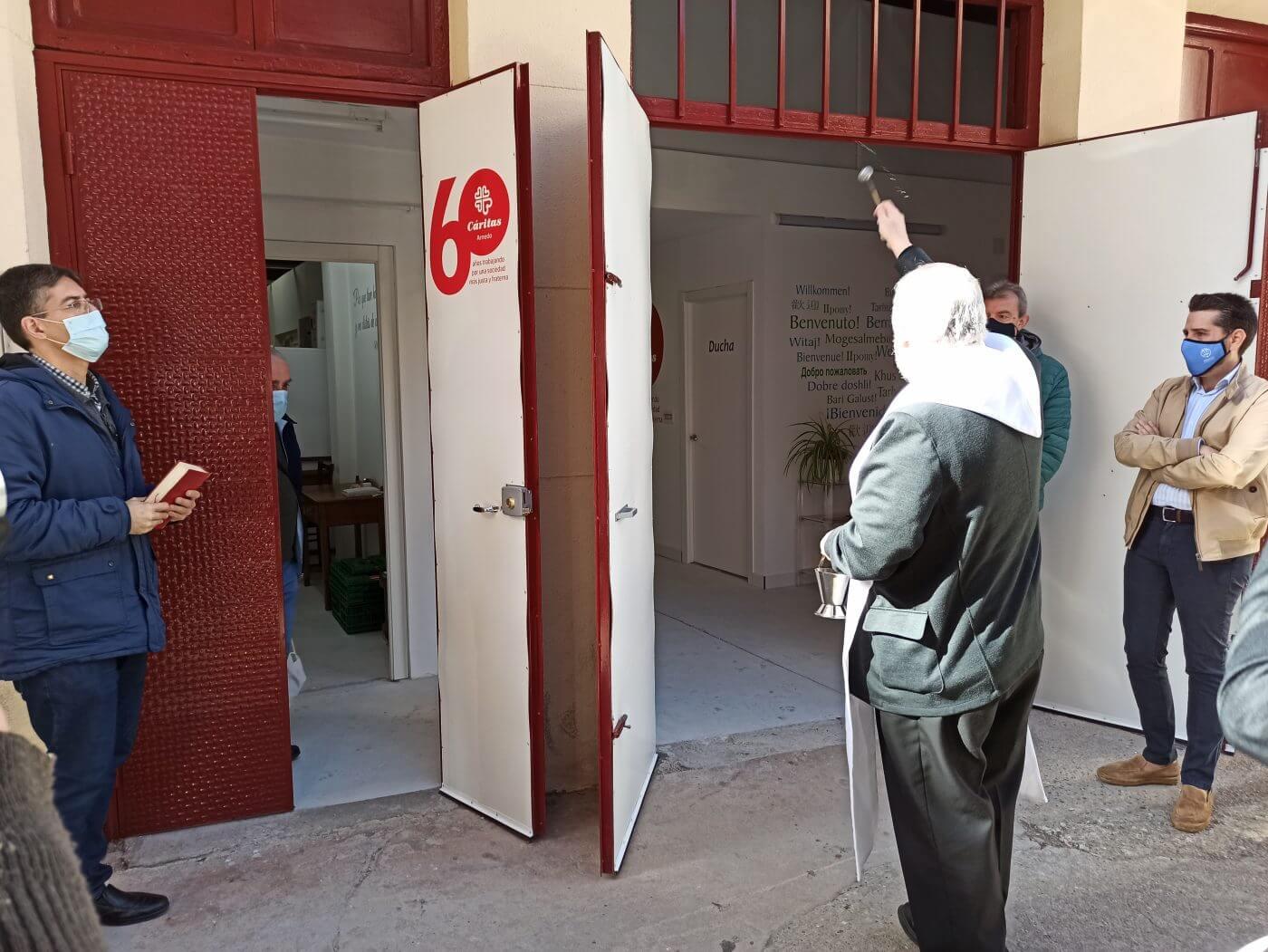 El Obispo Carlos Escribano bendice el  nuevo centro de Cáritas y se despide de la ciudad de Arnedo