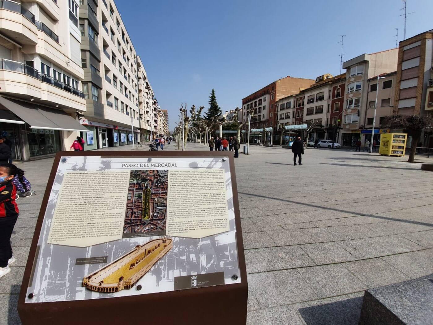 El Ayuntamiento de Calahorra invierte 5.887 euros en la colocación de señalización turística en el Paseo del Mercadal
