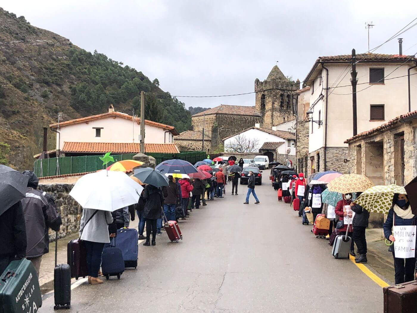 Unos 300 vecinos secundan el acto convocado este 11 de abril por las dos plataformas contra los megaparques eólicos previstos en La Rioja