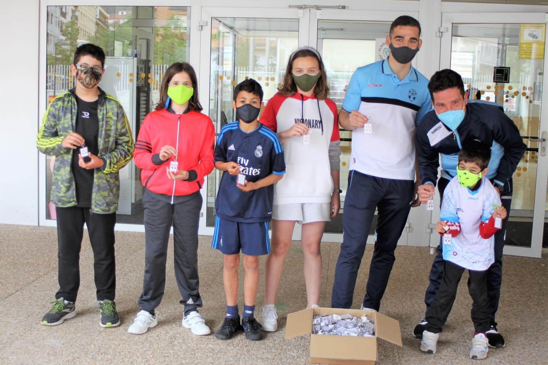 Lee más sobre el artículo El CD Arnedo apoya a la asociación Super Manuel Gnao-1 con llaveros realizados por alumnos del colegio 'La Estación'