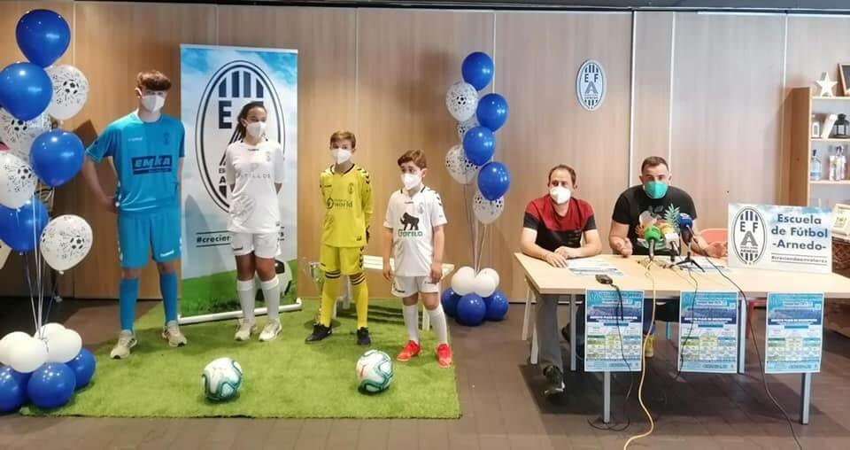 La Escuela de Fútbol de Arnedo abre la inscripción para la nueva temporada y presenta las nuevas equipaciones